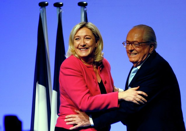 Marine Le Pen e seu pai, Jean-Marie Le Pen, ambos do Front National