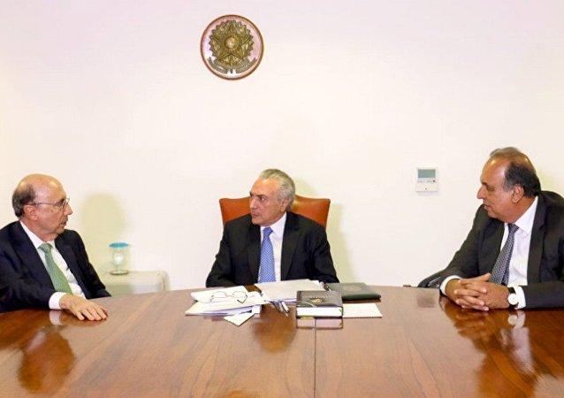 Meirelles e Temer, durante reunião com o governador do Rio de Janeiro, Luiz Fernando Pezão, em Brasília