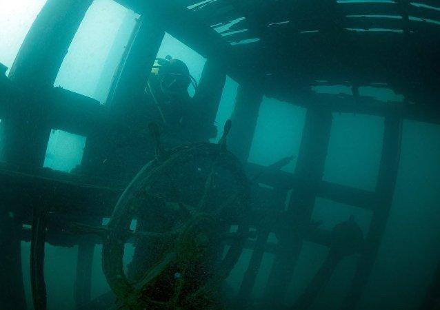 Mergulhador encontra navio no mar
