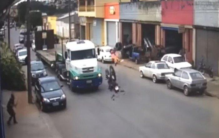 Motociclista sobrevive após colisão violenta