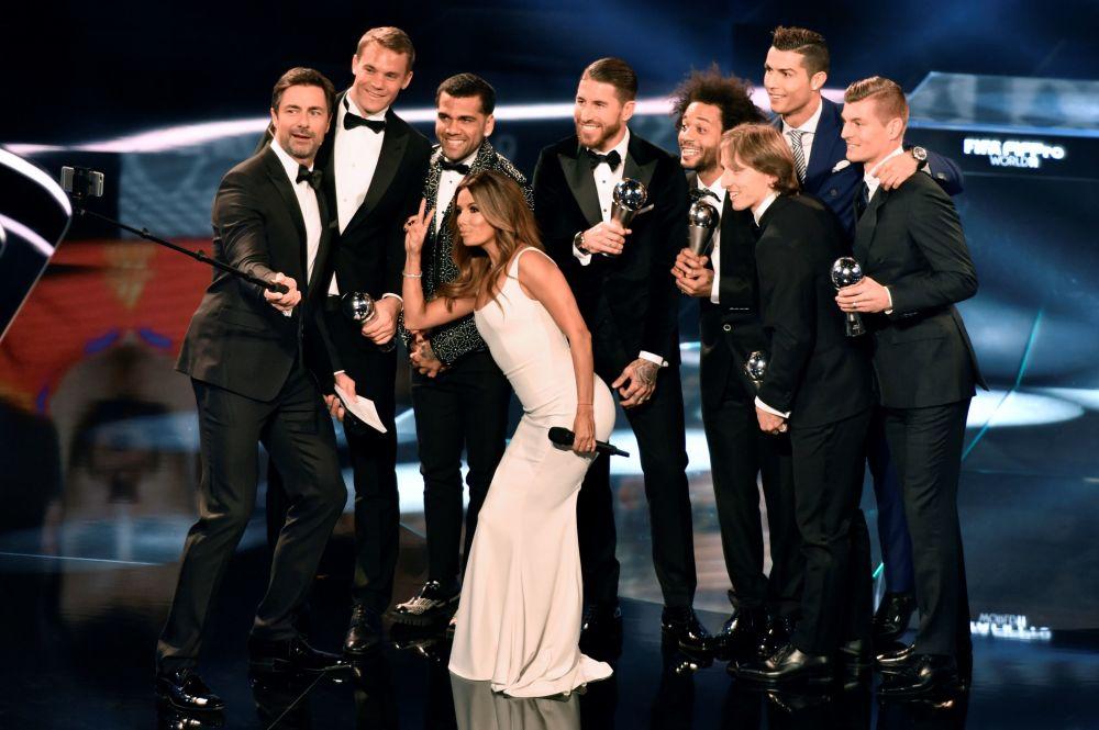 Atriz americana Eva Longoria e o apresentador alemão tiram selfie com futebolistas famosos na cerimônia da FIFA realizada em Zurich