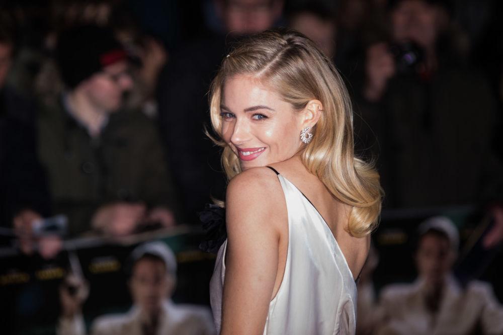 """Atriz Sienna Miller na estreia do filme """"A Lei da Noite"""" em Londres"""