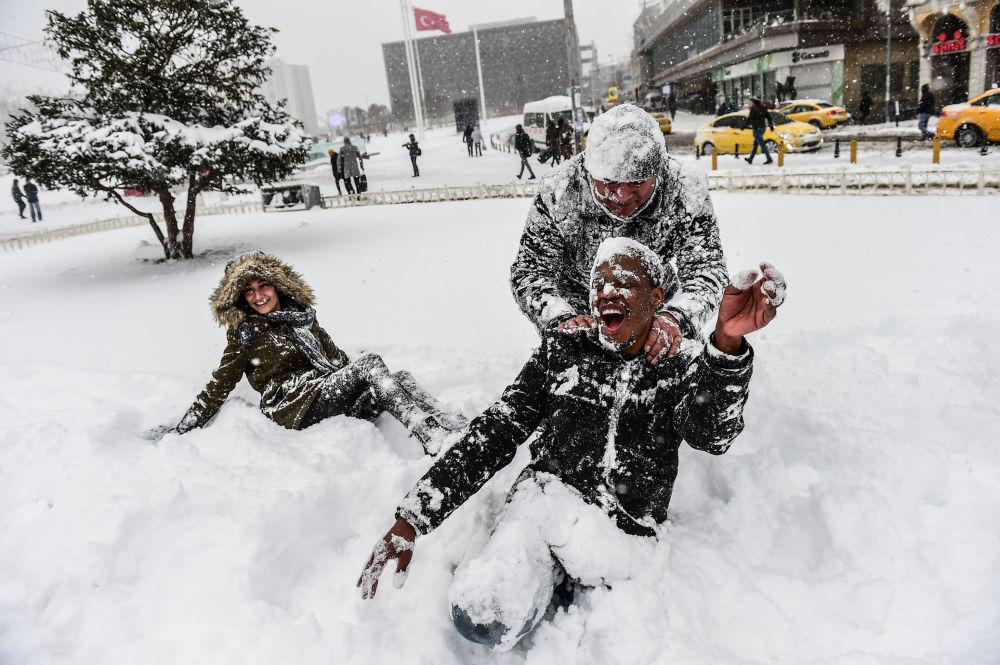 Pessoas brincam com a neve na Praça Taksim, em Istambul