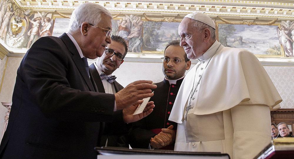 Papa Francisco conversa com presidente palestino Mahmoud Abbas durante uma reunião no Vaticano em 14 de janeiro de 2017