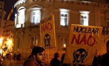 Ativistas protestam contra a usina nuclear de Almaraz na frente da embaixada da Espanha em Lisboa, em 12 de janeiro de 2017