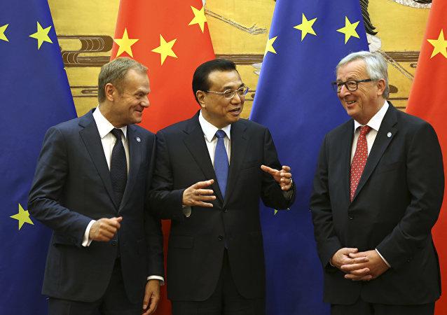 O premiê chinês, Li Keqiang, no centro, entre o presidente do Conselho da Europa, Donald Tusk, (à esquerda) e o presidente da Comissão Europeia, Jean-Claude Juncker, (à direita) na cerimônia de assinatura de documentos durante a cúpula China-UE no Grande Salão do Povo em Pequim, China, em 12 de julho de 2016