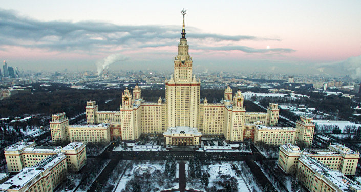 Moscou de inverno: vista para o edifício da Universidade Estatal de Moscou