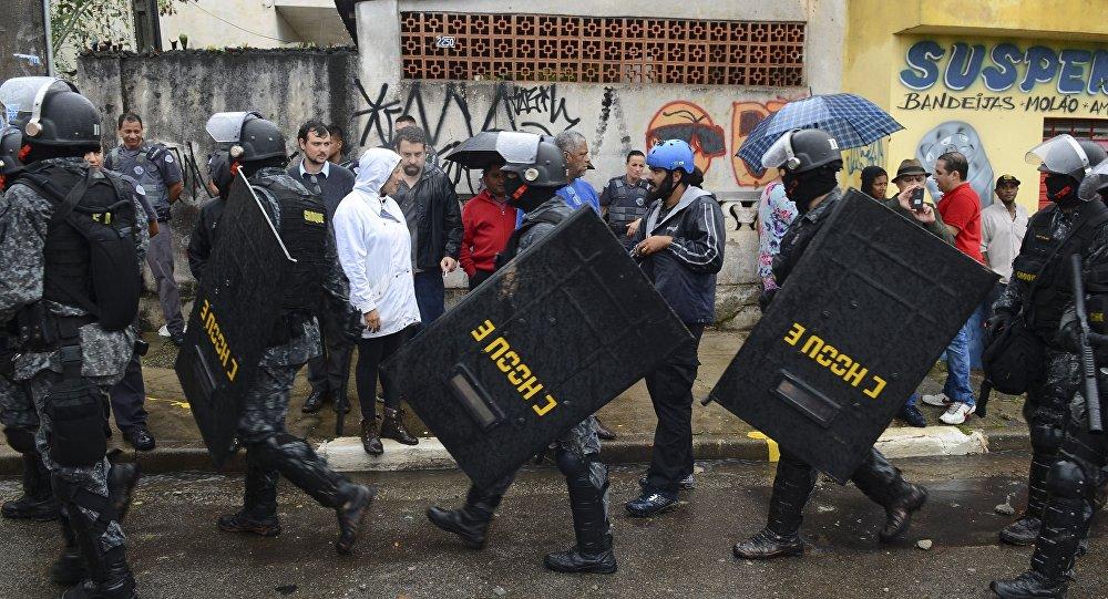 Guilherme Boulos (no fundo da foto, ao centro), em ato de resistência contra reintegração de posse em SP