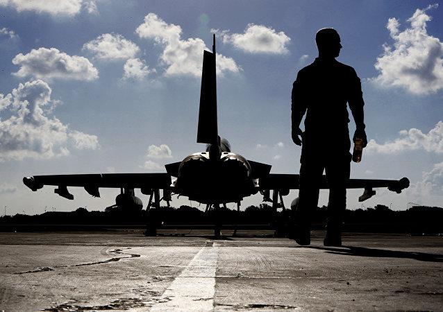 Um soldado britânico perto de um caça Eurofighter Typhoon na base de Akrotiri da Força Aérea Real em Chipre, antes de decolar para uma missão da coalizão no Iraque (foto de arquivo)