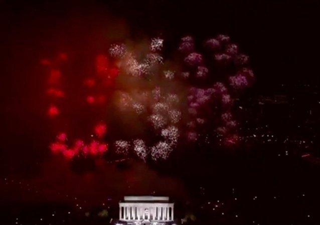Fogos de artifício na celebração que antecedeu a tomada de posse de Donald Trump que deveriam formar a sigla USA (EUA), criaram algo parecido com a abreviatura USR (US de Estados Unidos e R de Rússia)