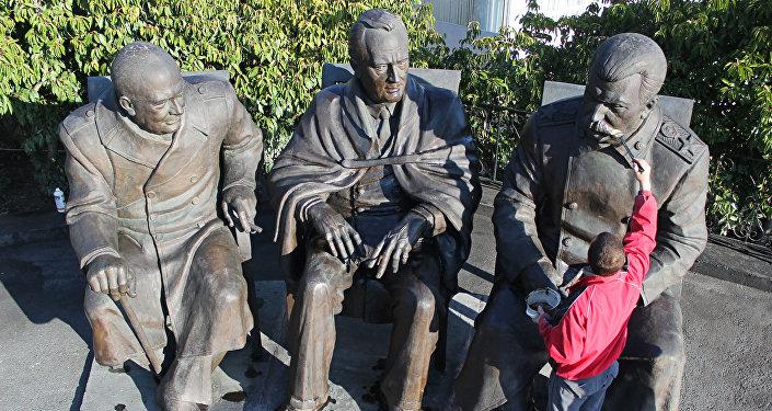 Monumento, com o líder soviético Josef Stalin (à direita), o presidente dos EUA Franklin D Roosevelt (à esquerda) e o primeiro-ministro britânico Winston Churchill, os três líderes aliados, lado a lado na conferência Yalta, Crimeia.