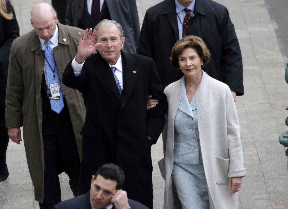 Ex-presidente dos EUA George W. Bush com sua esposa Laura Bush antes da cerimônia