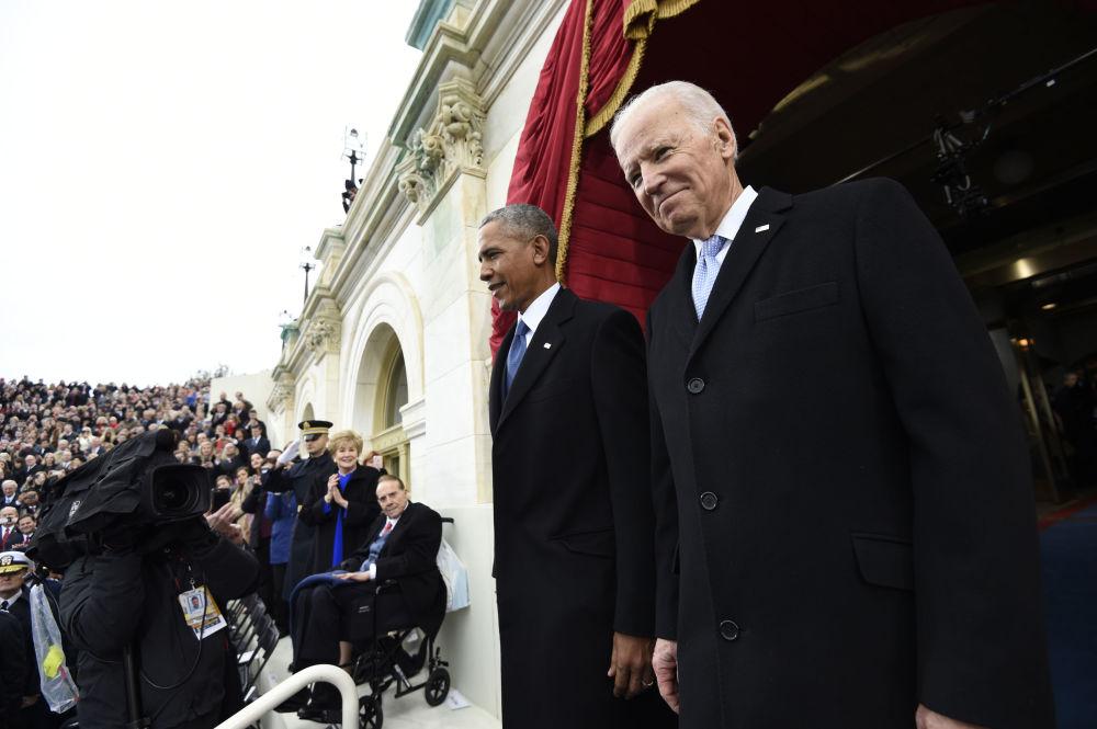 Ex-presidente dos EUA com ex-vice-presidente Joe Biden chegam à cerimônia da tomada de posse
