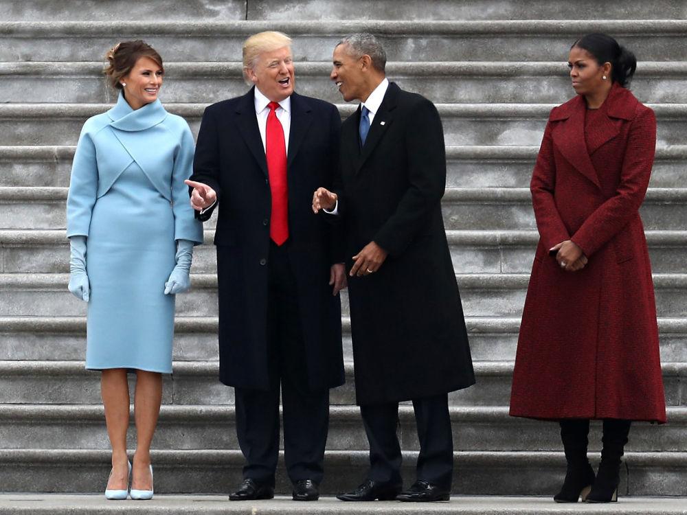 Donald Trump e Barack Obama acompanhados pelas esposas na Casa Branca em Washington