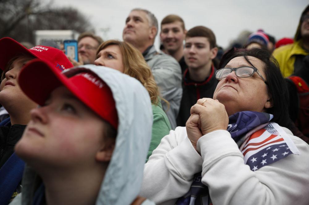 Cidadãos americanos perto do Capitólio aguardam o início da cerimônia