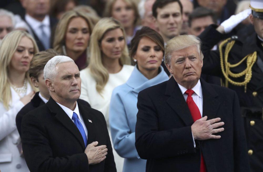 Donald Trump e Mike Pence durante a cerimônia
