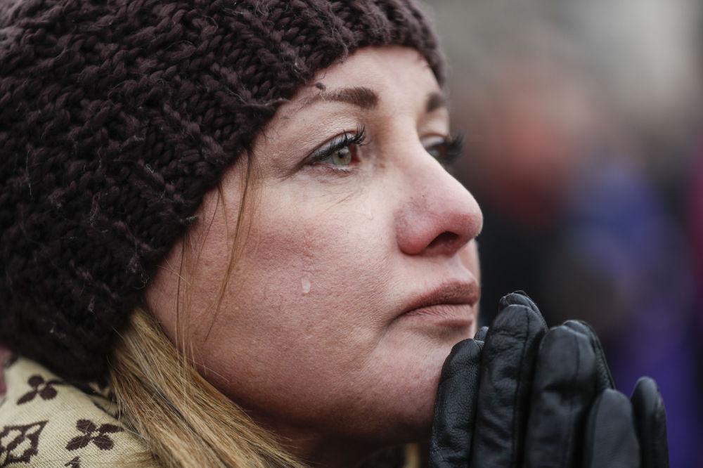 Cidadã americana, Cheryl Edmondson, chora durante a cerimônia
