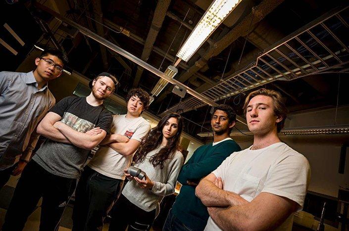 Integrantes do grupo de estudantes Team Original Gravity: Johnny Koo, Jared Buchanan, Han Lu Ling, Neeki Ashari, Srivaths Kalyan e Tavish Traut