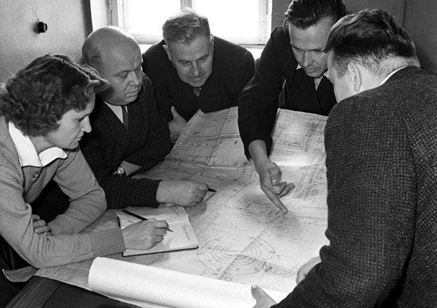 Foto de arquivo: engenheiros russos trabalhando