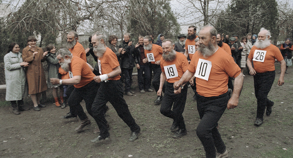 Veteranos participam na corrida da curta distância na festa da aldeia