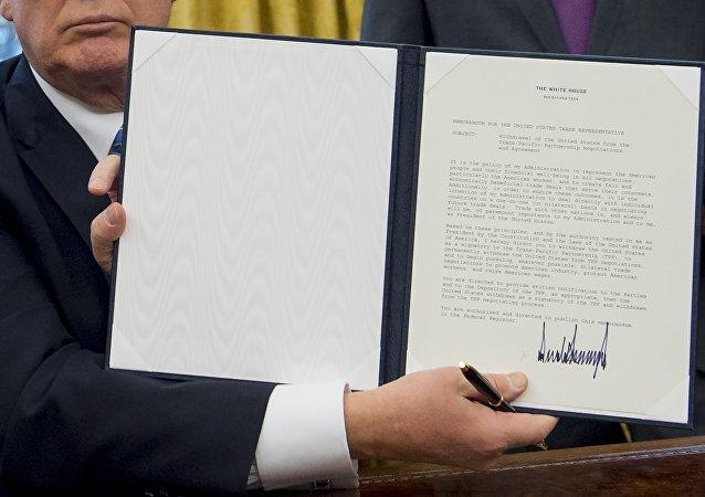 Documento de retirada dos EUA do Acordo de Associação Transpacífico (TPP) sendo assinado pelo presidente Donald Trump, 23 de janeiro de 2017