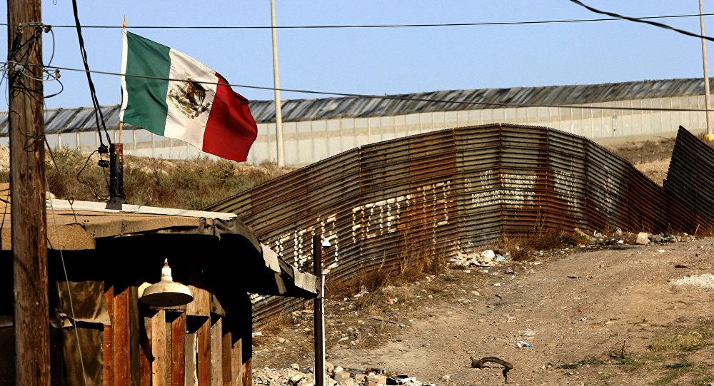 Bandeira mexicana perto da cerca que separa o México dos Estados Unidos, em Tijuana, estado de Baja California