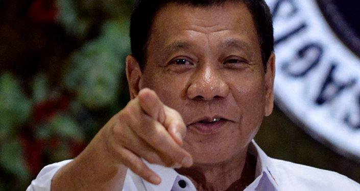 Presidente filipino Rodrigo Duterte aponta a fotógrafos durante uma cerimônia de premiação dos trabalhadores do governo, no Palácio Malacanang, Manila, Filipinas. 19 de dezembro de 2016