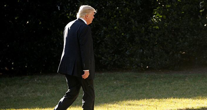 O presidente dos EUA, Donald Trump, volta à Casa Branca após uma visita ao Departamento de Segurança Interna dos Estados Unidos