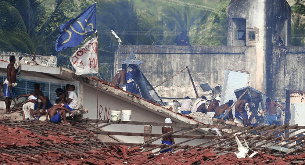 Presos se refugiam nos telhados da Penitenciária de Alcacuz, em Natal
