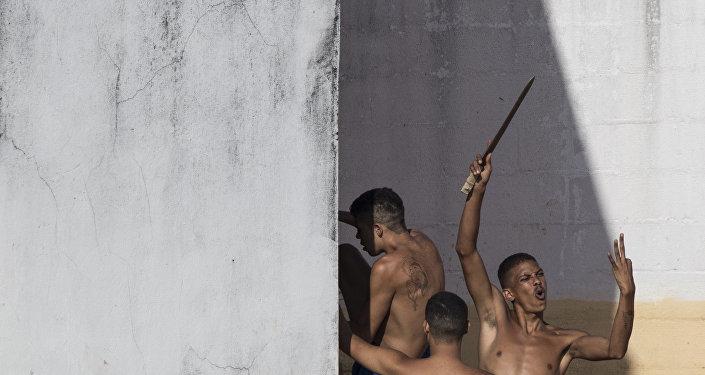 Um detento acena com uma faca caseira durante rebelião em Alcaçuz