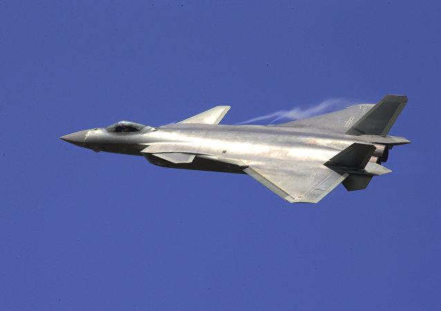 Caça furtivo J-20 voa durante a Exposição Internacional de Aviação e Aeroespacial da China em Zhuhai