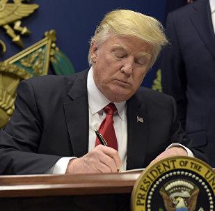 Donald Trump assina documentos na Casa Branca