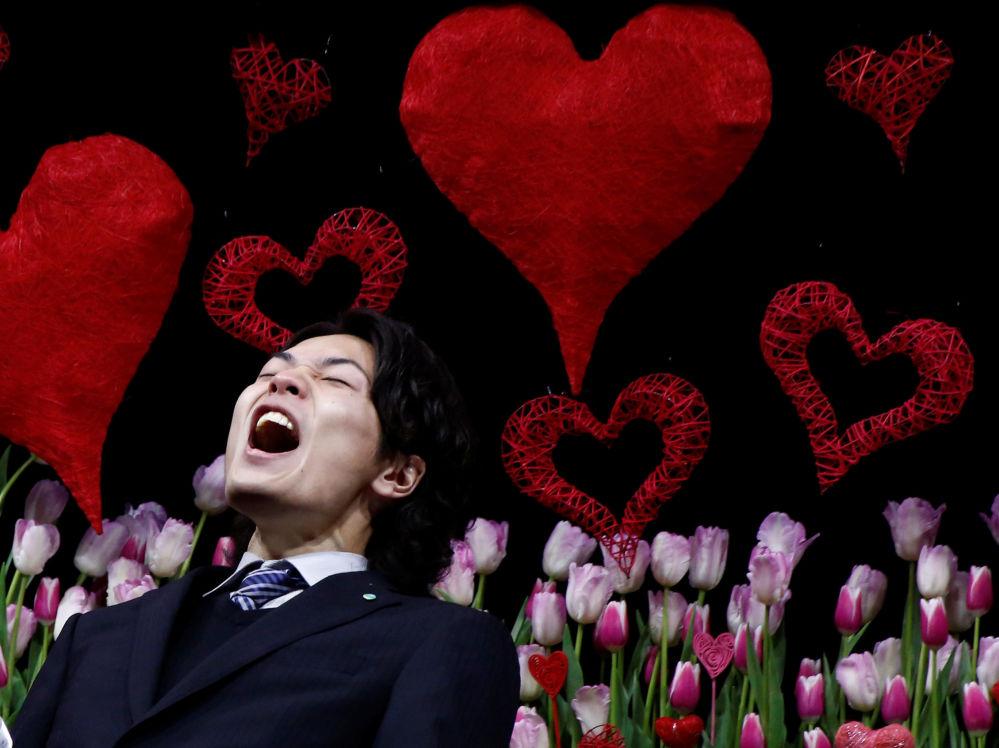 Japonês grita expressando seu amor pela esposa no evento anual em Tóquio em que os homens falam (ou gritam) publicamente seus sentimentos.
