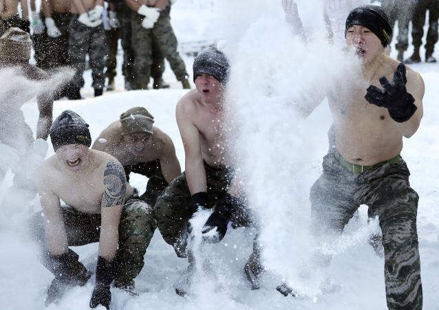 Marinheiros sul-coreanos e norte-americanos brincam com neve durante os exercícios conjuntos de inverno Division Expeditionary Forces.