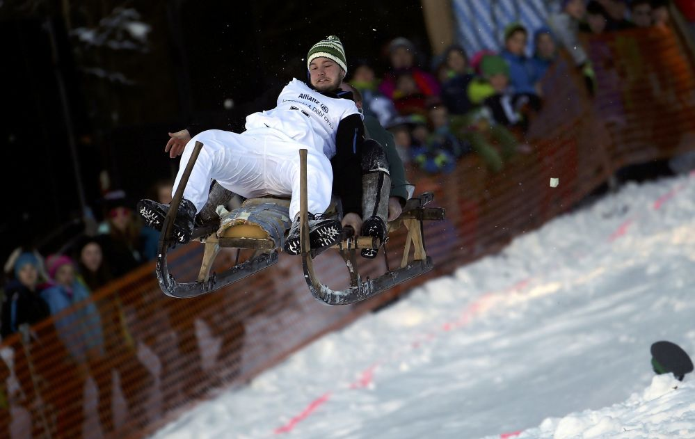 Participante salta no ar durante as corridas tradicionais de trenós na Alemanha.