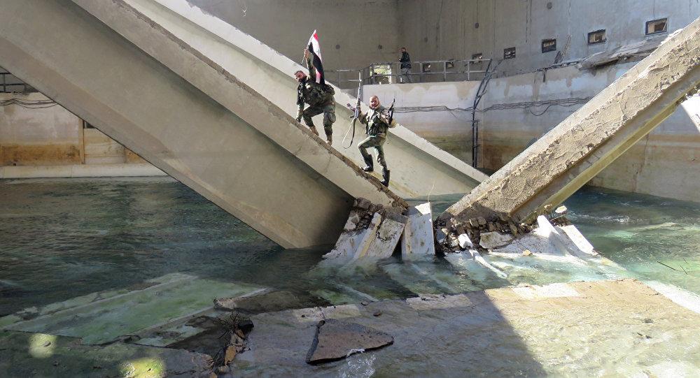 Combatentes do regime pró-sírio ficam na estação de bombeamento de água de Ain al-Fijeh, no campo de Damasco, em 29 de janeiro de 2017