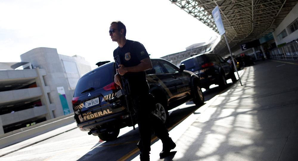 Um agente da Polícia Federal espera no aeroporto do Galeão, no Rio de Janeiro, a chegada do milionário Eike Batista, em 30 de janeiro de 2017