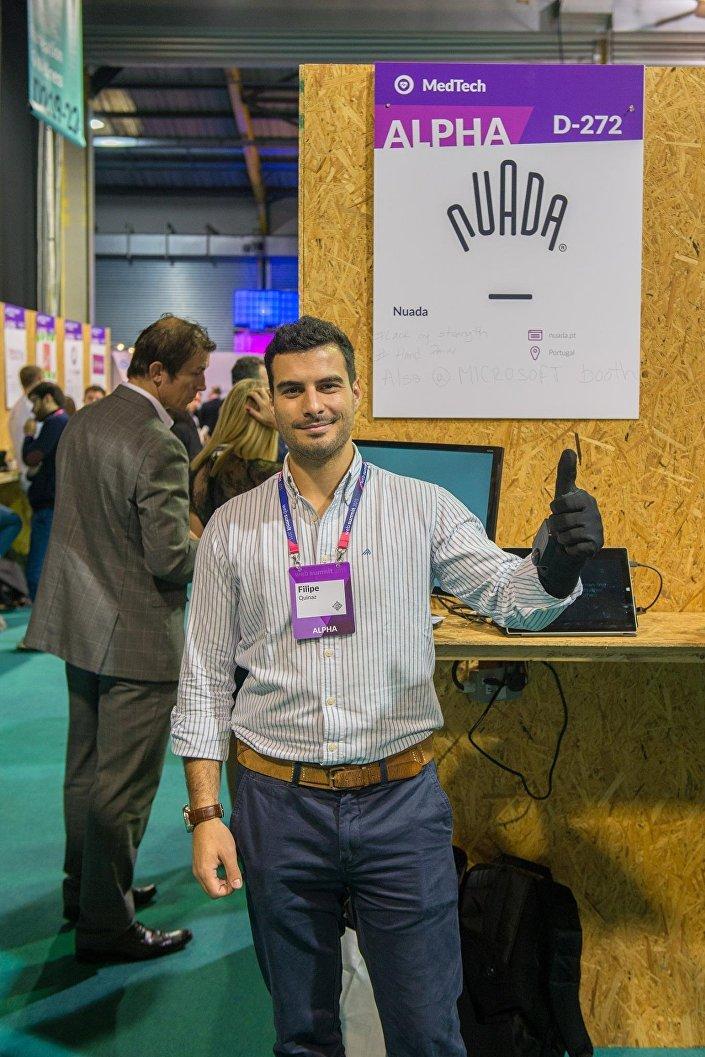 Filipe Quinaz, iniciador da startup Nuada, e o logotipo da empresa em forma de luva