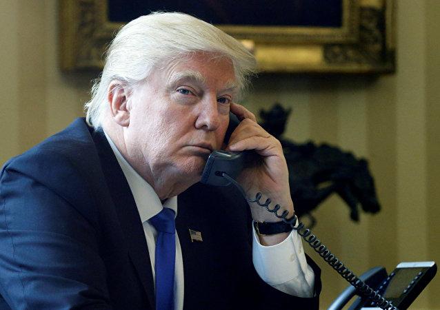 Donald Trump ao telefone na Casa Branca