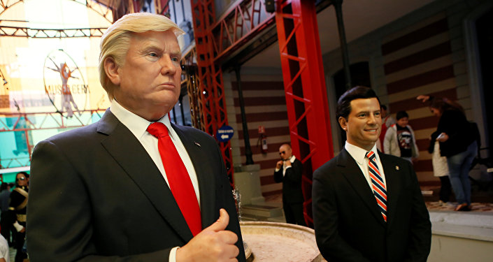 Bonecos de cera do presidente dos EUA Donald Trump e do mexicano Enrique Peña Nieto na Cidade do México