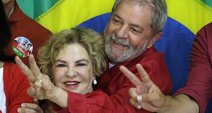 Esta foto de 5 de outubro de 2014 mostra o então ex-presidente Lula da Silva junto com sua mulher, Dona Marisa Letícia, após votar nas presidenciais