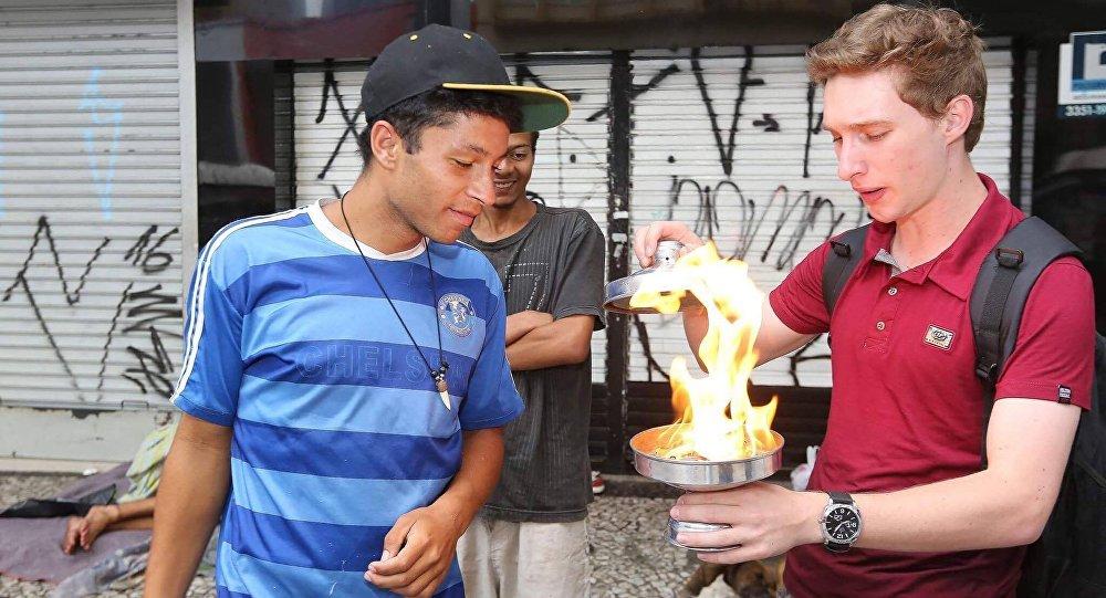 Andrey Mandrake transforma o fogo em pão para população de rua