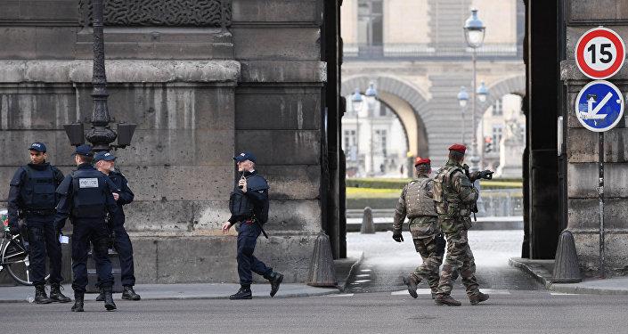 Soldados e agentes da polícia francesa patrulham a zona adjacente ao Museu do Louvre em 3 de feevreiro de 2017 após um soldado da Operação Sentinelle balear um desconhecido que tinha tentado atacá-lo com uma faca