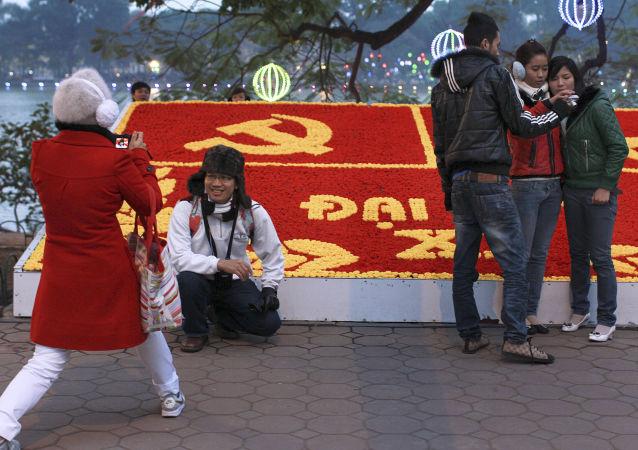 Vietnamitas tiram fotos em uma das ruas de Hanói na véspera do congresso do Partido Comunista do Vietnã, o evento, que é realizado a cada 5 anos, escolhe os altos oficiais do partido e traça os objetivos futuros do país.