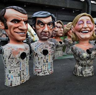 Bonecas gigantescas de Emmanuel Macron, François Fillon e Marine Le Pen, rivais na corrida presidencial francesa de 2017