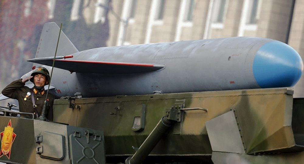 Soldado norte-coreano perto do veículo que conduz um míssil