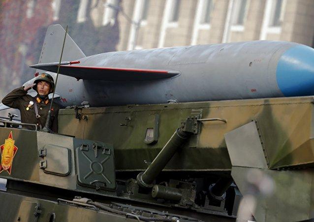 Soldado norte-coreano perto do veiculo que conduz um míssil