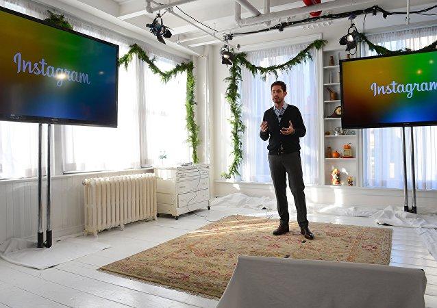 Co-criador da empresa Instagram Kevin Systrom durante lançamento de Instagram Direct, criado para troca de mensagens
