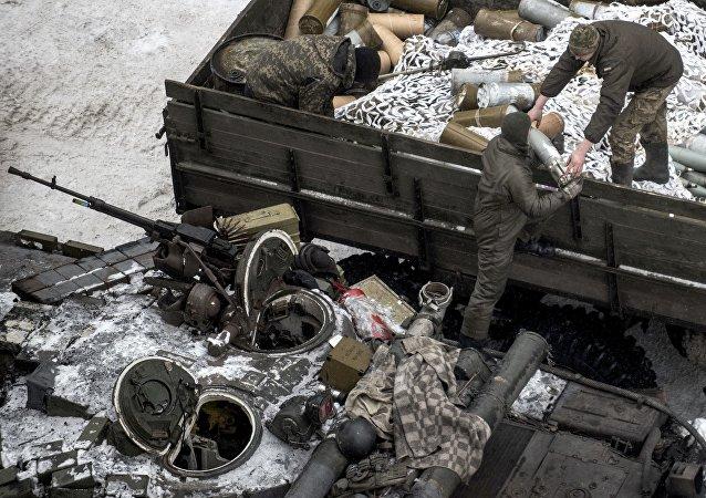 Militares ucranianos carregam munições de guerra no tanque em Avdeevka, leste da Ucrânia, 2 de fevereiro de 2017