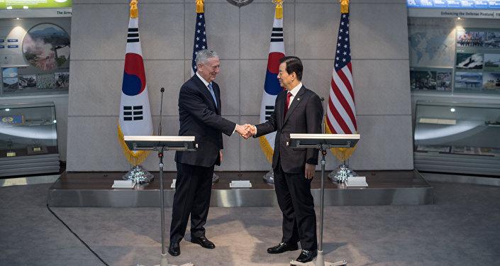 Secretário da Defesa dos EUA, James Mattis, e seu homólogo sul-coreano, Han Min-koo, durante a visita do primeiro à Coreia do Sul, 3 de fevereiro de 2017